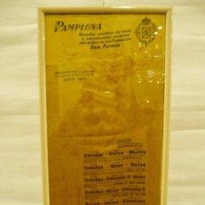 Carteles Toros: CARTEL DE SAN FERMÍN CORRIDA DE TOROS PAMPLONA 1957 EN SEDA ENMARCADO. Lote 56125276
