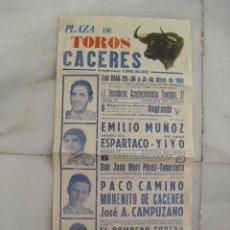 Carteles Toros: CARTEL PLAZA DE TOROS DE CÁCERES 1982. ESPARTACO, YIYO, PACO CAMINO, EMILIO MUÑOZ. EL BOMBERO TORERO. Lote 58828231