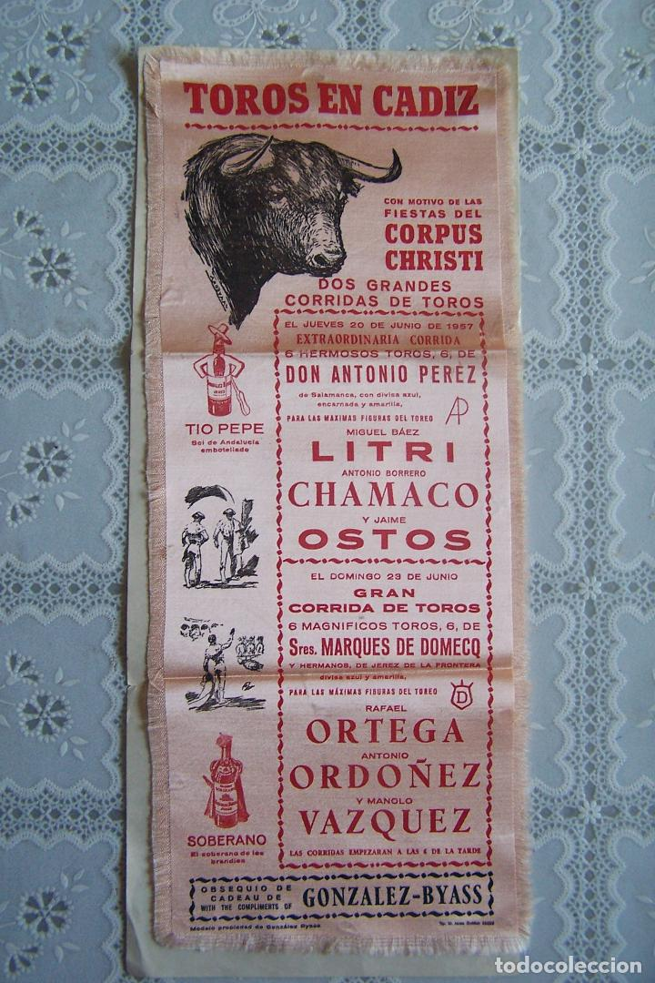 CARTEL DE TOROS EN CÁDIZ, 1957. LITRI, CHAMACO, OSTOS, ORTEGA, ORDOÑEZ Y VAZQUEZ, EN TELA. 14,5 X 36 (Coleccionismo - Carteles Gran Formato - Carteles Toros)