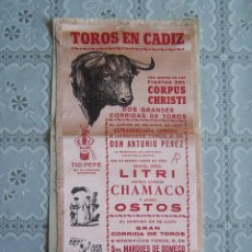 Carteles Toros: CARTEL DE TOROS EN CÁDIZ, 1957. LITRI, CHAMACO, OSTOS, ORTEGA, ORDOÑEZ Y VAZQUEZ, EN TELA. 14,5 X 36. Lote 85932208