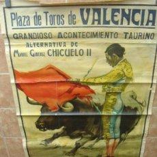 Carteles Toros: CARTEL DE TOROS GRAN FORMATO ALTERNATIVA CHICUELO II PLAZA DE VALENCIA 1953 LITOGRAFIA. Lote 103229855