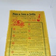 Carteles Toros: RARISIMO CARTEL PLAZA DE TOROS DE SEVILLA 1952 FERIA D ABRIL EN PAÑO DE TELA TIO PEPE SOBERANO BYASS. Lote 195003587