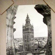Carteles de Turismo: CARTEL SEVILLA, GIRALDA. FOTO DE ANNA ELIAS Y JULIO DOCE. 48,5 X 65,5 CM.. Lote 52754835
