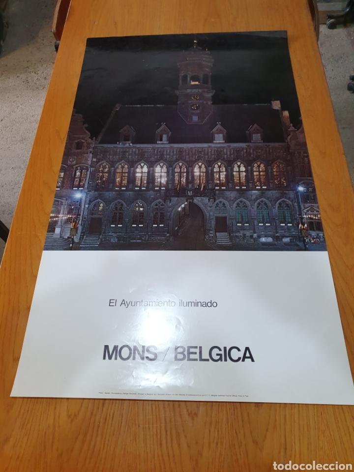 MONS, BÉLGICA, EL AYUNTAMIENTO ILUMINADO, 98 CM X 58, DE LOS AÑOS 70. (Coleccionismo - Carteles Gran Formato - Carteles Turismo)