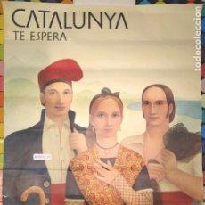 Carteles de Turismo: CARTEL CATALUNYA TE ESPERA,PINTOR ENRIQ HUGUET-CARTEL VARIANTE-CATALUNYA-BARCELONA-POSTER.. Lote 292582993