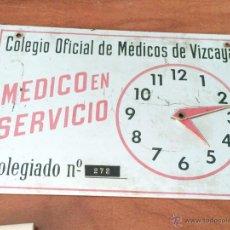 Carteles: ANTIGUO HORARIO METALICO, MEDICO EN VISITA DOMICILIARIA URGENTE. Lote 47566309