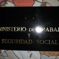 Carteles: ANTIGUA CHAPA DE EDIFICIO EN BRONCE MINISTERIO DE TRABAJO Y SEGURIDAD SOCIAL 60 CM X 35 CM. Lote 77739977