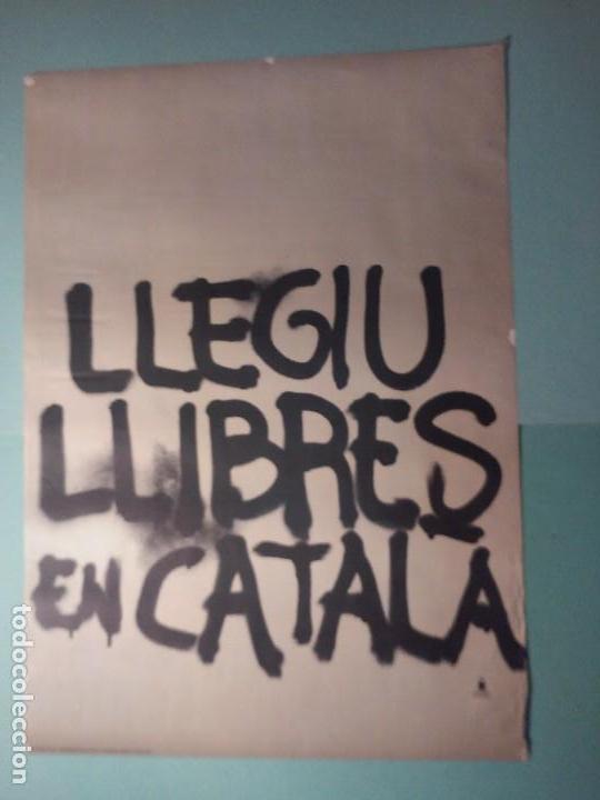 POSTER LLEGIU LLIBRES EN CATALÀ TIPO GRAFFITI (Coleccionismo - Carteles Gran Formato - Carteles Varios)