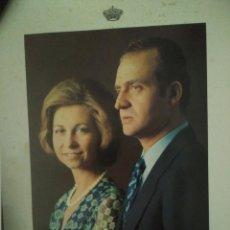 Carteles: FOTOGRAFIA OFICIAL POSTER JUAN CARLOS I Y SOFIA AÑO 1975 EDITADO POR FOURNIER 41X30 CMS. Lote 153840500