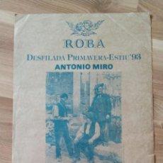 Carteles: CARTEL DESFILADA ROBA ANTONIO MIRO. PLA DE LA SEU, TARRAGONA. AÑO 1993.. Lote 206953100