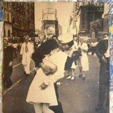 Carteles: CARTEL POSTER RETRO - FOTO EL BESO DEL FIN DE LA II GUERRA MUNDIAL EN TIMES SQUARE NUEVA YORK. Lote 296044463