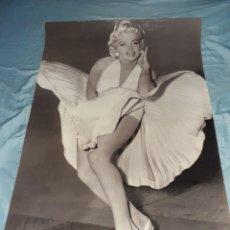 Carteles: ANTIGUO POSTER GRANDE DE MARILYN MONROE AÑO1988 MIDE 90 X 60 CENTÍMETROS, VER FOTOS. Lote 235543945
