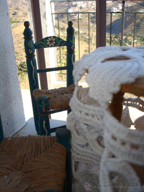 Casas de Muñecas: CUATRO SILLAS DE ENEA PINTADAS Y MESA CAMILLA PARA MUÑECAS - Foto 3 - 27125952