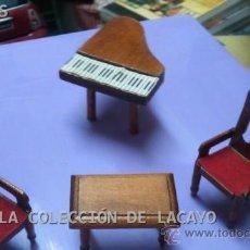 Casas de Muñecas: PIANO Y MESA Y SILLAS DE SALITA REALIZADAS A MANO CASA DE MUÑECAS. Lote 32704362