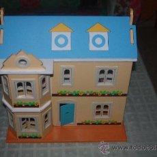 Casas de Muñecas: BONITA CASA MUÑECAS CON 4 MUÑECOS TAMBIEN MADERA. Lote 35185877