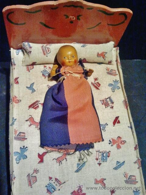 Casas de Muñecas: Antigua cuna con bebe de madera pintada y decorada. - Foto 2 - 39394800