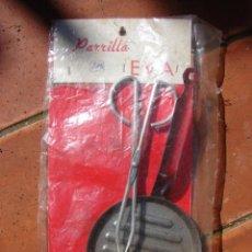 Casas de Muñecas: CACHARRITOS DE COCINA EN METAL - PARRILLA CON PINZAS - JUGUETES EVA. Lote 42536866