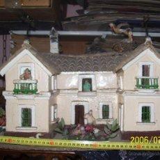 Casas de Muñecas: CASA DE MUÑECAS DE CARTON Y MADERA, HECHA A MANO, ANTIQUISIMA, UNA JOYITA,VEAN DETALLES. Lote 42957480