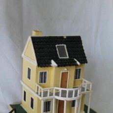 casa de muñecas en madera de estilo colonial