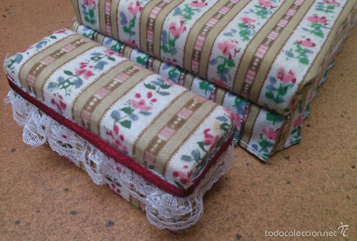 Casas de Muñecas: Muebles casa de muñecas, cama tapizada con banqueta a juego - Foto 2 - 58931625