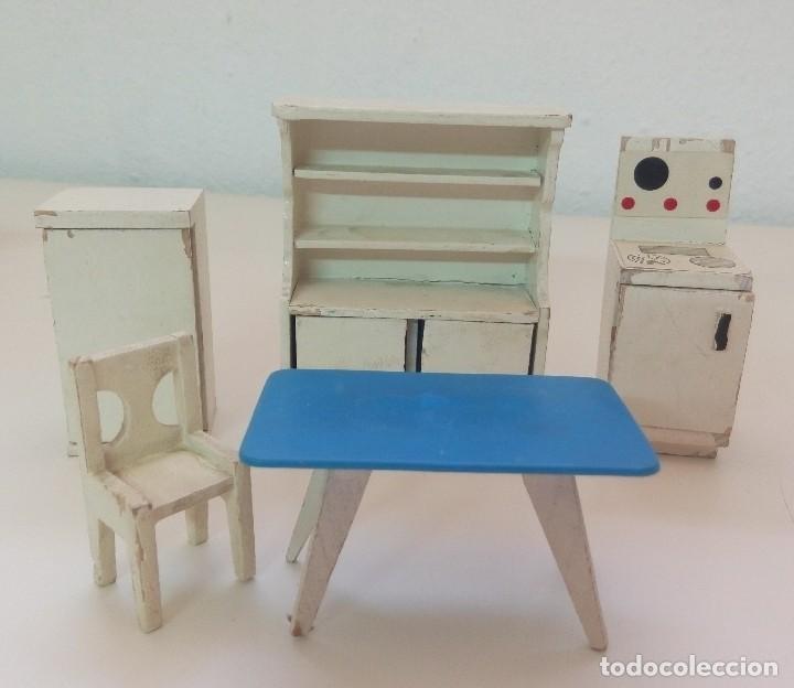 Antiguo conjunto de muebles de cocina para casa de muñecas mesa silla  cocina nevera alacena