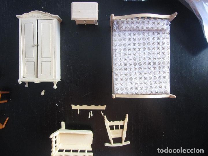 Casas de Muñecas: ANTIGUOS MUEBLES PARA CASA DE MUÑECAS DE MADERA DORMITORIO CAMA MESILLA ARMARIO Y CUNA - ESTA COMPLE - Foto 7 - 98068439