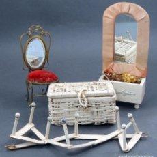 Casas de Muñecas - Espejo madera y tela silla metal baúl mimbre y perchero cartón muebles para casa muñecas años 30 - 104601747