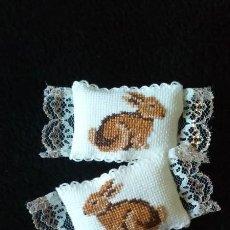 Doll houses - 2 cojines o almohadones miniatura casa de muñecas artesanales, hechos a mano - 111090591