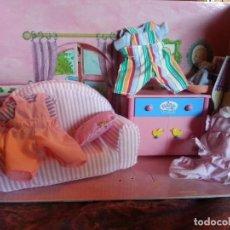 Casas de Muñecas: SALON MINI BABY BORN CON SILLON ,COMODA Y TRES TRAJECITOS. Lote 113077739