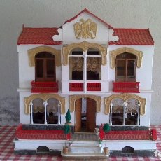Casas de Muñecas: CASA DE MUÑECAS CON MOBILIARIO ORIGINAL, AÑOS 30/40. 77X51X79CM. Lote 115860559