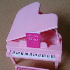 Casas de Muñecas: PIANO ROSA CON BANQUETA ORIGINAL CASA MUÑECAS HELLO KITTY . Lote 125404071