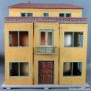 Casas de Muñecas: CASA DE MUÑECAS MADERA PINTADA CON LUZ EN EL INTERIOR FUNCIONA PP S XX . Lote 126030235