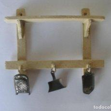 Doll houses - Estantería cocina en madera pintada con cacharritos miniaturas en hojalata años 30 - 127787731