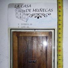 Casas de Muñecas: PUERTA CON MARCO EN MADERA NOGAL DE COLECCION ANTIGUA CASA DE MUÑECAS ESTILO ANDALUZA ALTAYA .. Lote 133546550