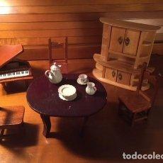 Casas de Muñecas: LOTE MUEBLES MADERA CASA MUÑECAS MESA TRES SILLAS APARADOR PIANO Y 4PIEZAS PORCELANA SOBRE MESA. Lote 139214918