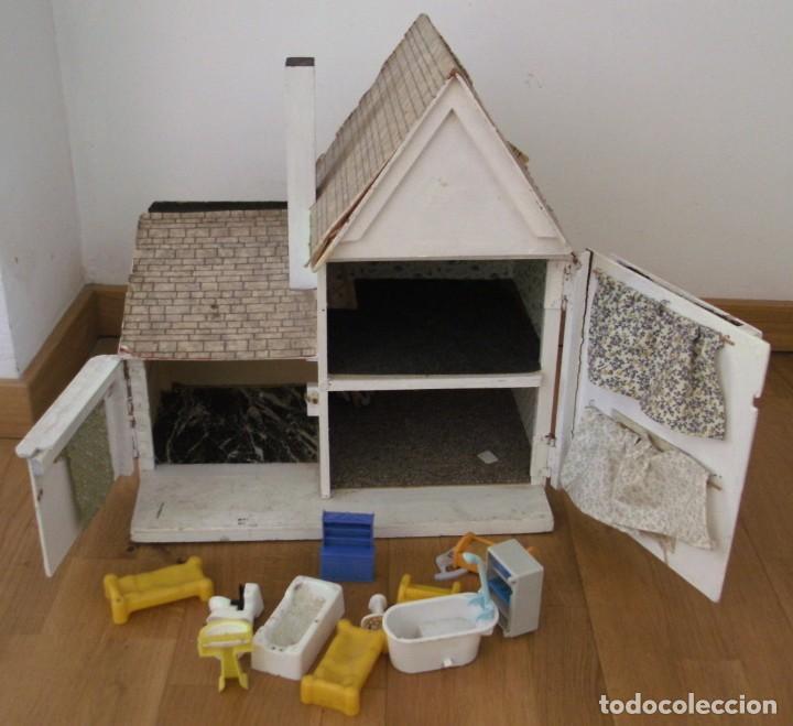 Casas de Muñecas: casa de muñecas de madera (chapado) con algunos muebles de plastico (años 60 aprox) - Foto 2 - 145289634