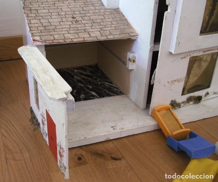 Casas de Muñecas: casa de muñecas de madera (chapado) con algunos muebles de plastico (años 60 aprox) - Foto 8 - 145289634