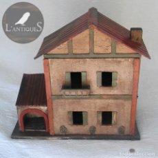 Casas de Muñecas: ÚNICA CASA CASITA MUÑECAS HECHA EN MADERA INSTALACIÓN LUZ LAMPARAS FUNCIONANDO, ANTIGUA PP S XX. Lote 117902043