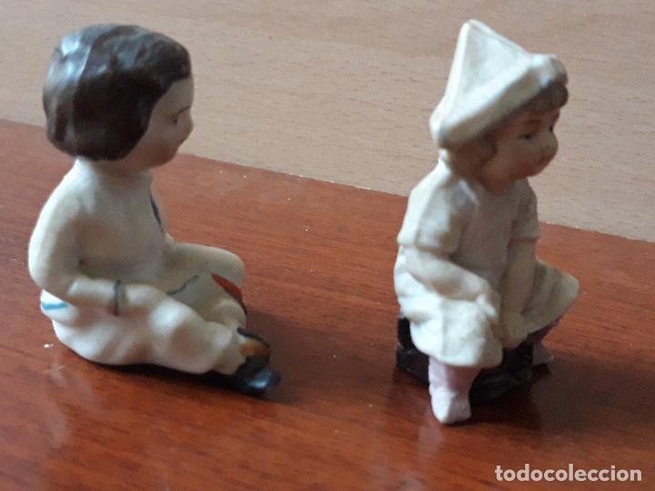 Casas de Muñecas: Antiguas figuras porcelana biscuit- niña gorro papel- miniatura casa muñecas - Foto 2 - 149589426