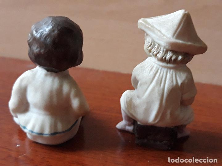 Casas de Muñecas: Antiguas figuras porcelana biscuit- niña gorro papel- miniatura casa muñecas - Foto 3 - 149589426