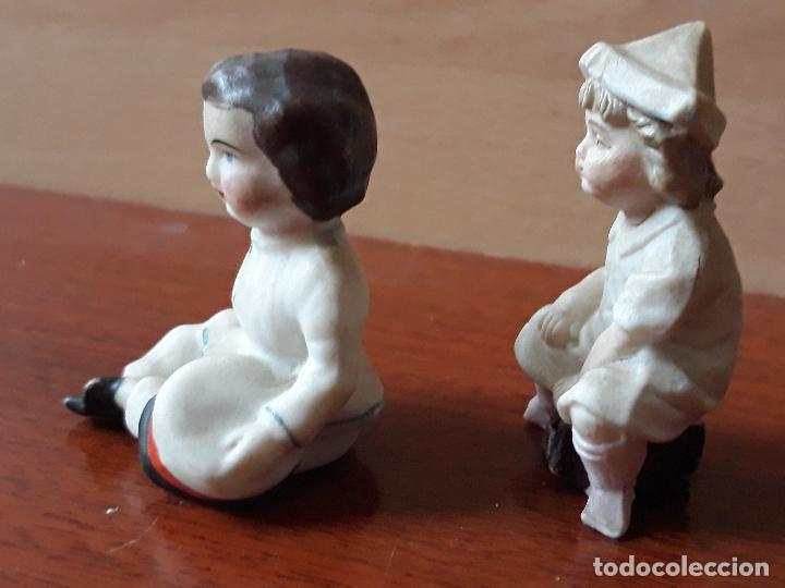 Casas de Muñecas: Antiguas figuras porcelana biscuit- niña gorro papel- miniatura casa muñecas - Foto 4 - 149589426