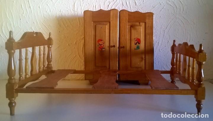 Casas de Muñecas: ARMARIO Y CAMA DE MADERA - MUEBLES PARA MUÑECAS - VINTAGE - AÑO 1977 APROX - PARA RESTAURAR - Foto 3 - 167635088