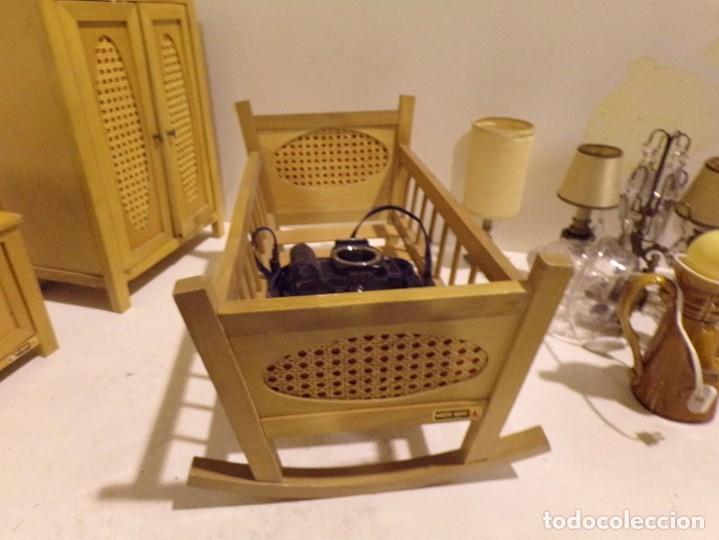 Casas de Muñecas: precioso conjunto dormitorio muñeca abeto rojo cuna armario buen estado tocador espejo - Foto 2 - 169000392