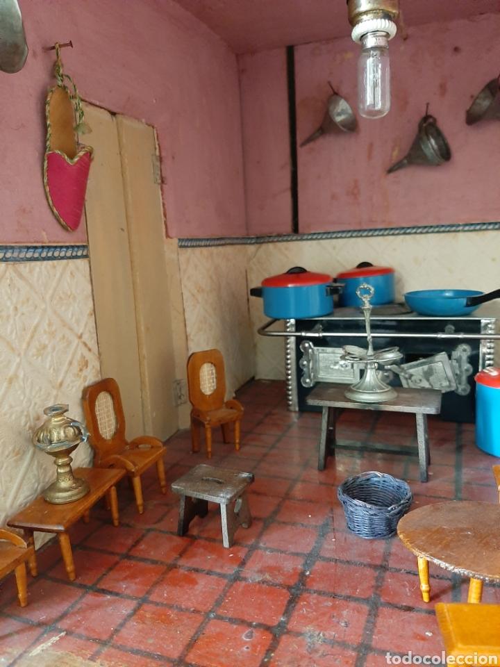 Casas de Muñecas: Importante casa de muñecas en madera policromada, 8 estancias. Adaptada a la luz eléctrica. S. XIX. - Foto 29 - 169337600
