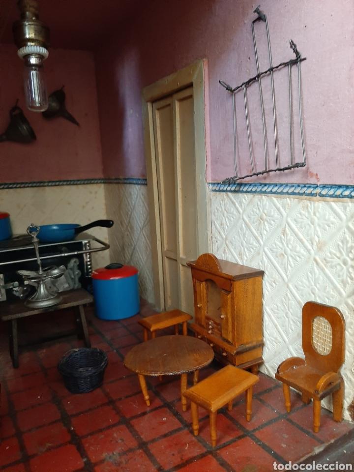 Casas de Muñecas: Importante casa de muñecas en madera policromada, 8 estancias. Adaptada a la luz eléctrica. S. XIX. - Foto 30 - 169337600