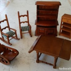 Casas de Muñecas: MUEBLES DE MADERA PARA CASITAS DE MUÑECAS MECEDORAS MESA EXTENSIBLE APARADOR Y ESTANTES. Lote 172793650