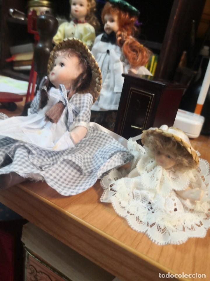 Casas de Muñecas: Lote 9 piezas muñecas porcelana y accesorios para casa muñecas - Foto 3 - 177569255