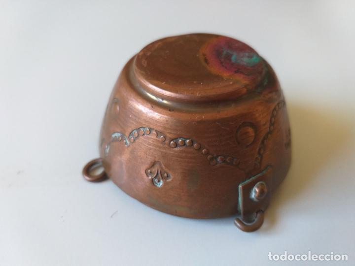 Casas de Muñecas: Antigua olla o puchero de cobre de los años 50, pequeña, miniatura - Foto 3 - 195015450