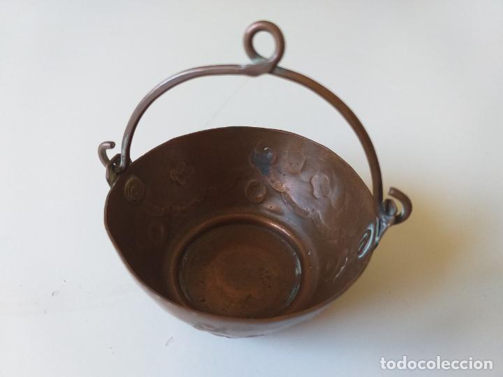 Casas de Muñecas: Antigua olla o puchero de cobre de los años 50, pequeña, miniatura - Foto 7 - 195015450