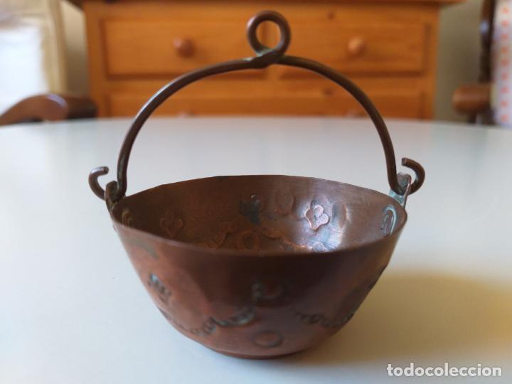 Casas de Muñecas: Antigua olla o puchero de cobre de los años 50, pequeña, miniatura - Foto 8 - 195015450